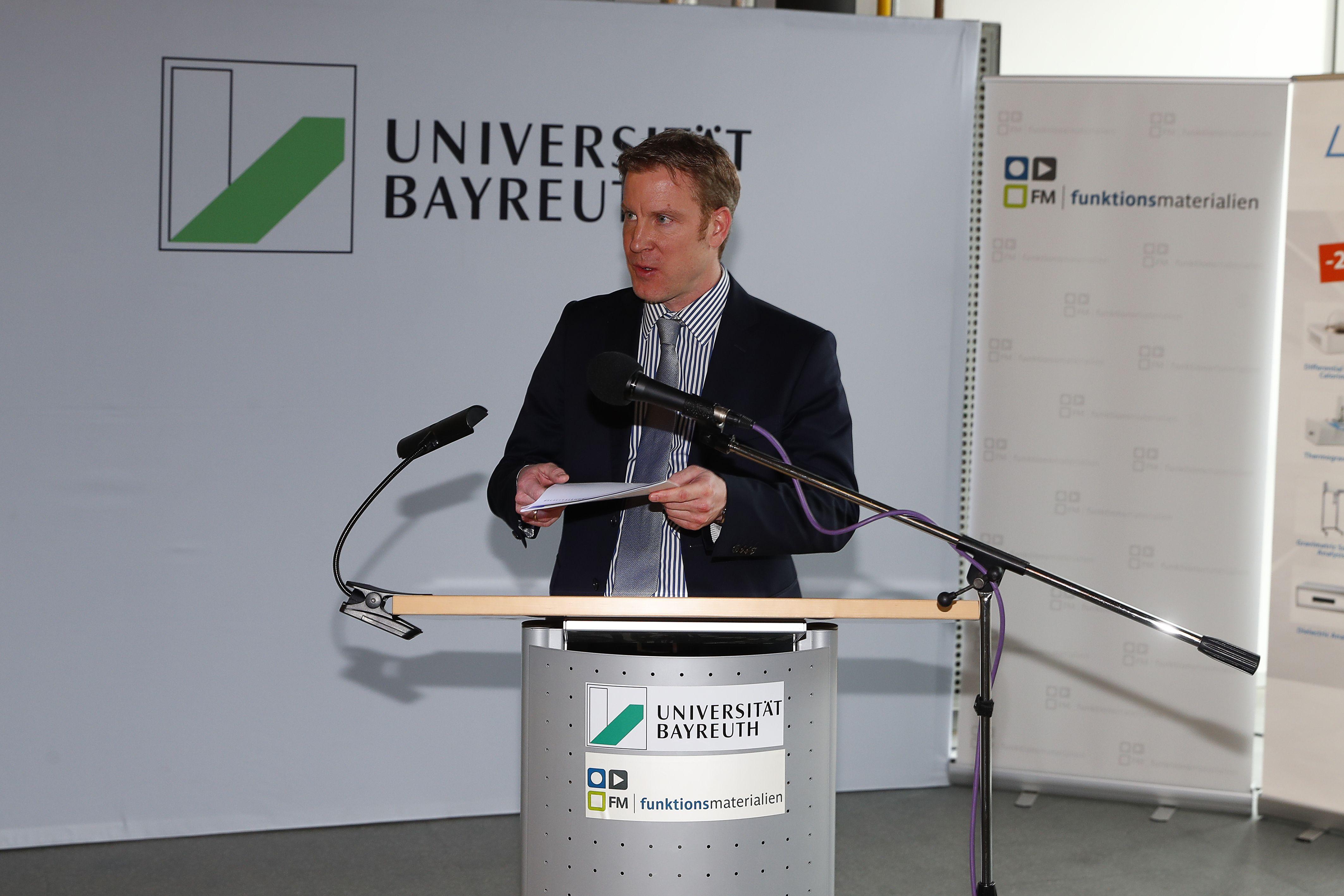 Florian Linseis am Rednerpult der Universität Bayreuth