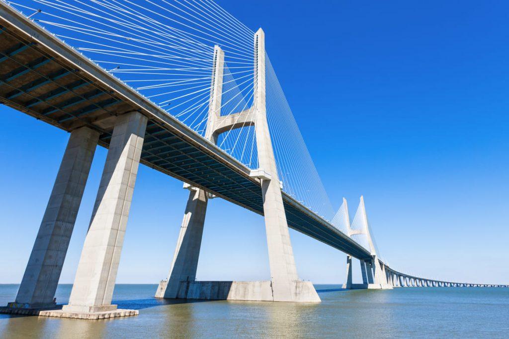 Brücke aus Stahl und Beton